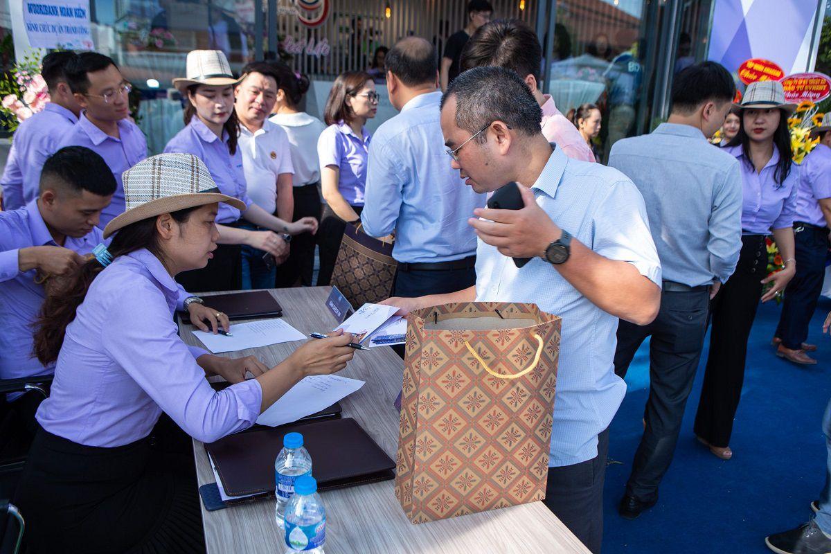 Khách hàng làm thủ tục checkin tham dự sự kiện